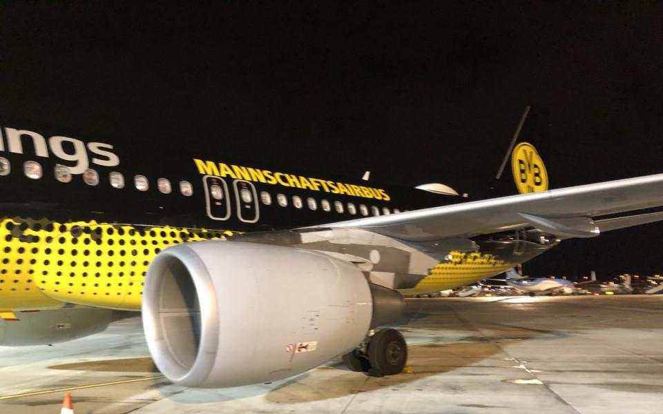 Немска забава: Авиокомпания качи Шалке на самолета на Дортмунд