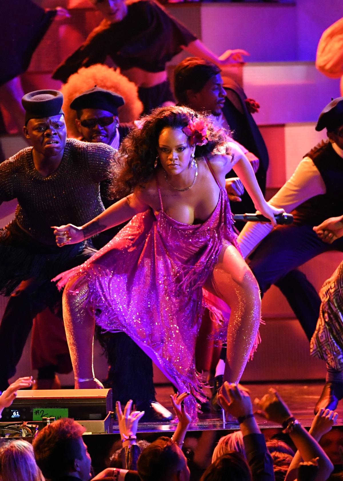 За изпълнението си на сцената Риана бе като истинска дива с рокля в розово, която на моменти едва удържаше да не падне.