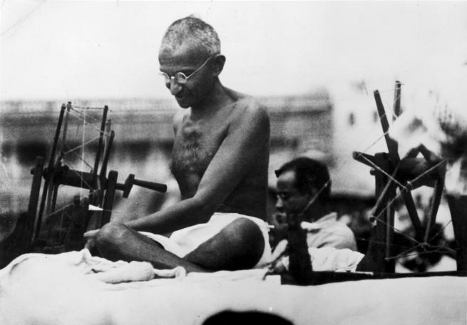 Известен е случаят на Ганди – борецът за свобода и граждански права в Индия, който на 74-годишна възраст гладува в продължение на 21 дни. Има данни дори за хора, преживели 40 дни без никаква храна, но приемали много вода. Японският турист Мицутака Учикоши оцелява 24 дни през 2006 г. без храна и с малко вода, след като се изгубва при катерене в западна Япония. Когато го намират телесната му температура е паднала до 22 градуса по Целзий, при нормални около 36.