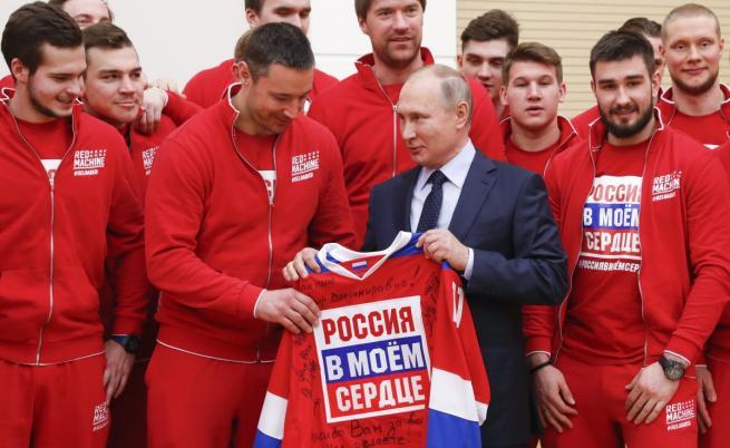 """Владимир Путин получи подарък от националния отбор по хокей с автографи на тима и надпис: """"Русия в сърцето ми"""""""