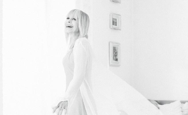 Портретът, който екипът на EVAе сглобил от разговорите с нея и от прекараните часове в дома й и по време на снимки, я показва изпълнена с енергия и с планове за бъдещето.
