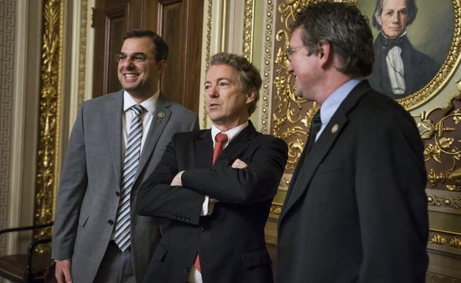 Сенатор Ранд Пол (в средата)