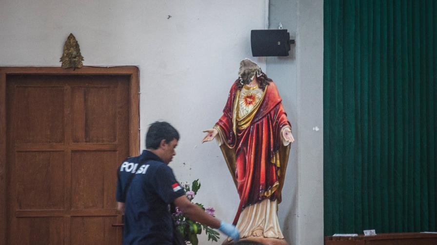 Мъж с меч нападна църква и обезглави Христос в Индонезия
