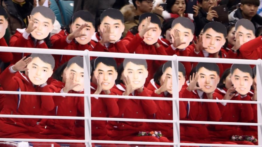 Мажоретките с маски на вожда им.