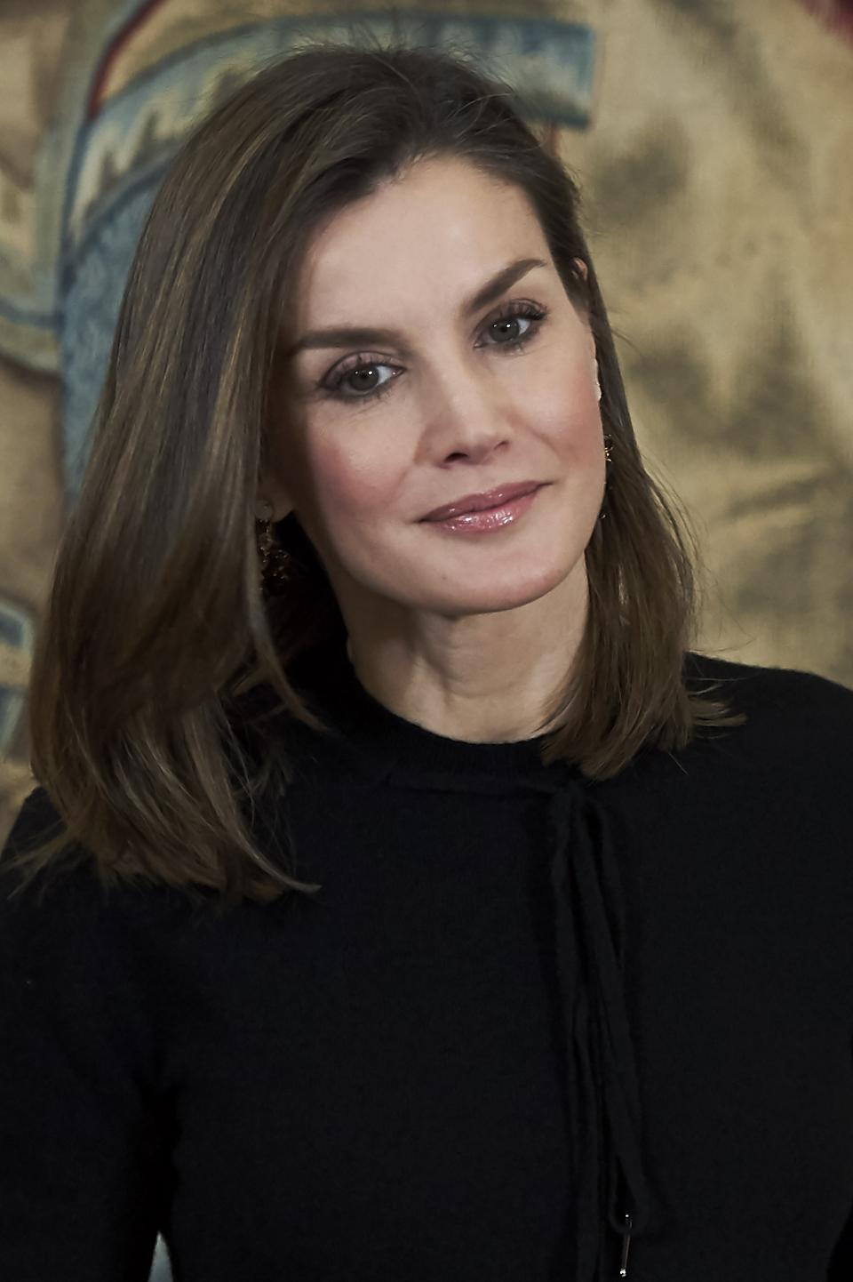 Кралицата на Испания показа, че всяка дама може да изглежда стилно в дрехи с леопардов принт, стига те да са подбрани прецизно., Летисия Ортис се появи на светско събитие за връчване на награди в сферата на изкуството. Тя бе подбрала пола с леопардов принт, решена в черно и бяло, съчетана с изчистена от детайли черна блуза и обувки в същия цвят.