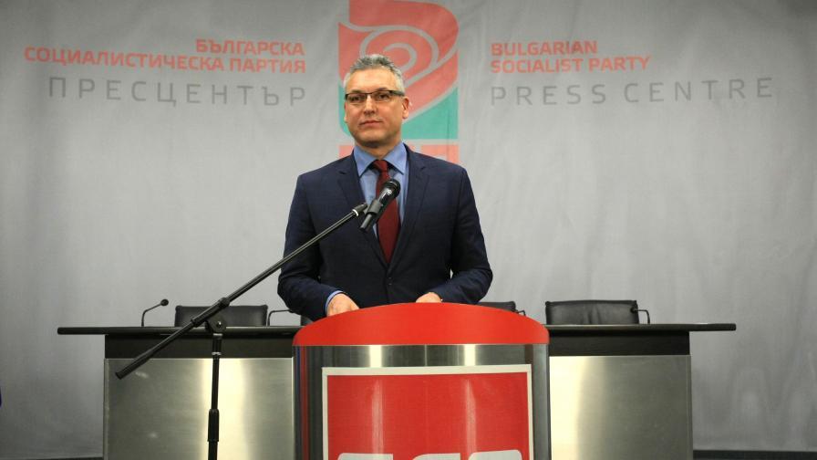 <p>Нинова взе оставката на Жаблянов, какво става в БСП</p>