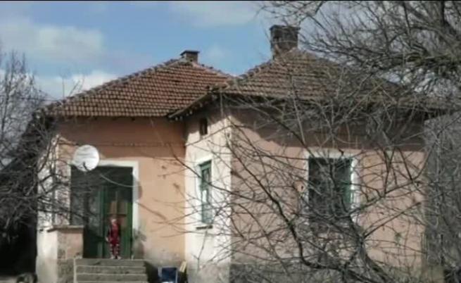 Майка и деца пребиха и ограбиха мъж в Комощица