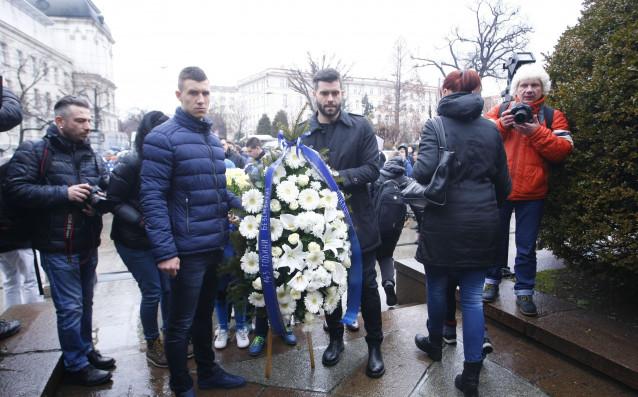 Футболистите на Левски поднесоха венци и цветя пред паметника на