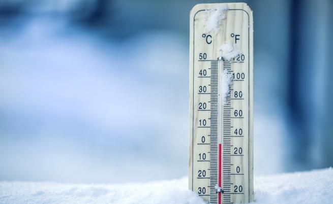 Снежен ад и ледени температури сковават страната