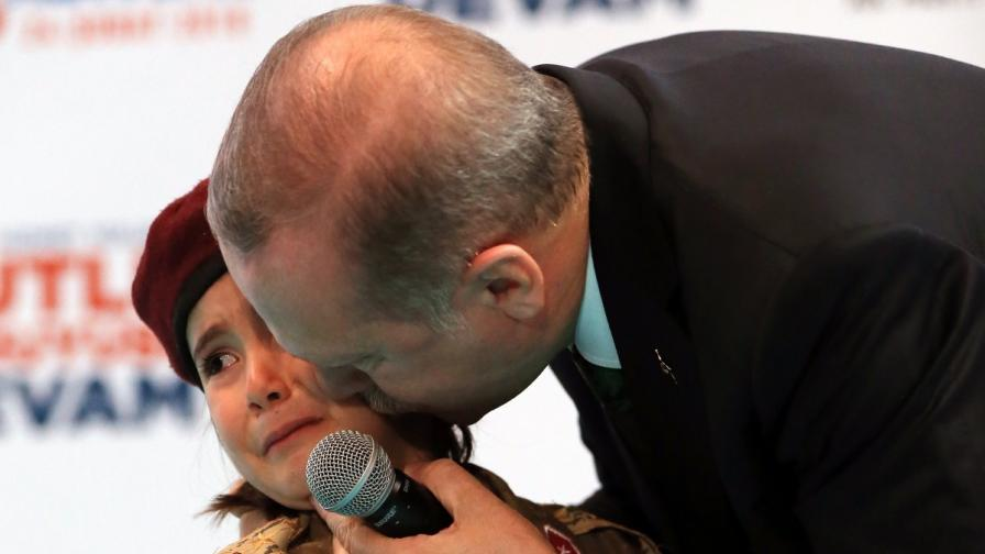 Реджеп Ердоган целува разплаканото момиченце
