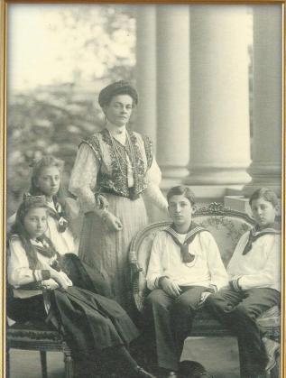 Царица Елеонора с престолонаследника Борис, княз Кирил Преславски и княгините Евдокия и Надежда