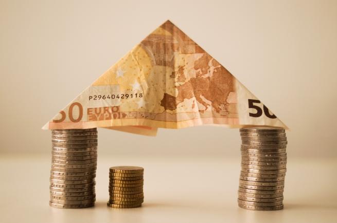Наблюдавайте финансите си. Не харчете пари за излишни неща, а само за най-необходимото. Интересен трик е, ако плащате с книжни пари, а не с карта. Така винаги сте наясно с това, което имате в пормонето си и не прекалявате.