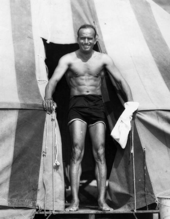 """- През 1929 година се провежда първата церемония за наградите Оскар. Тя е организирана на 16 май в хотел """"Рузвелт"""" в Холивуд. Неин водещ е актьорът..."""