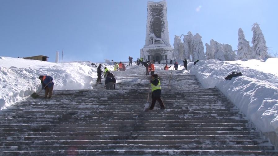 Хиляди се качват на Шипка, паметникът ще се ремонтира