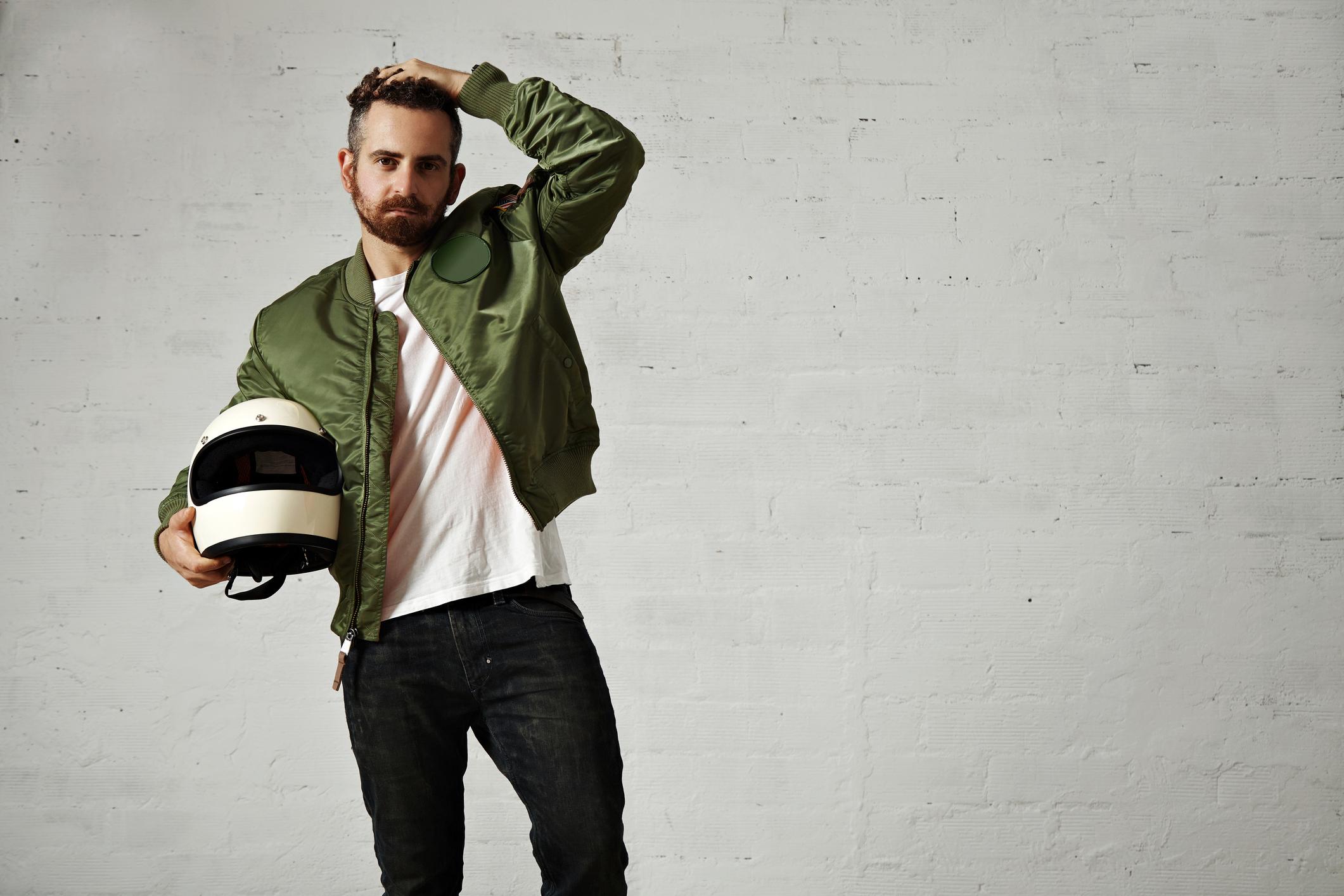 """Мъжките """"бомбър"""" якета са не само модерни, но и много удобни, особено за пролетния сезон."""