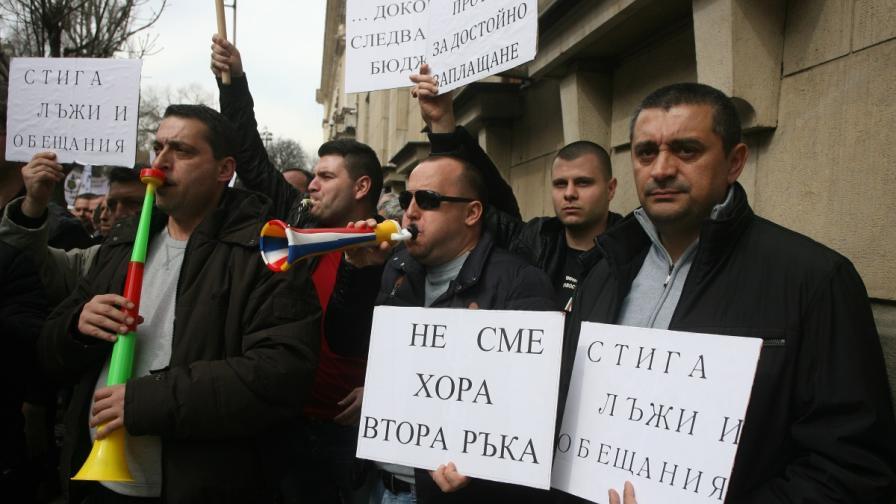 Протестиращи: Майката на нацията, мащеха за служителите си
