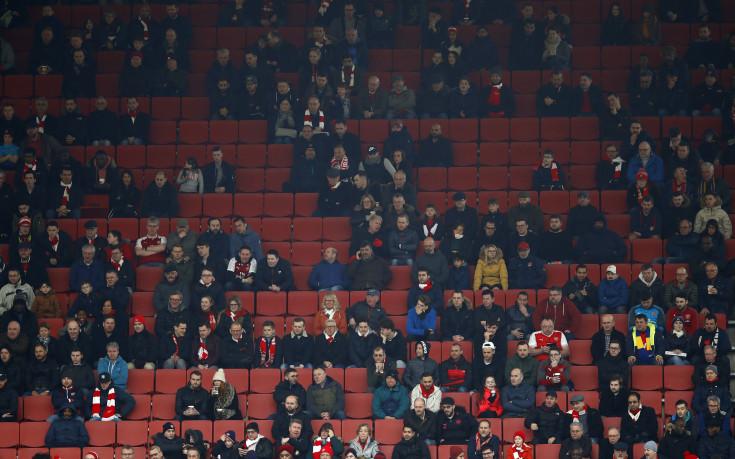 """Хиляди празни места на """"Емиратс"""" и подигравки за Арсенал"""