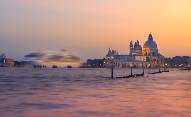 Круизен кораб във Венеция