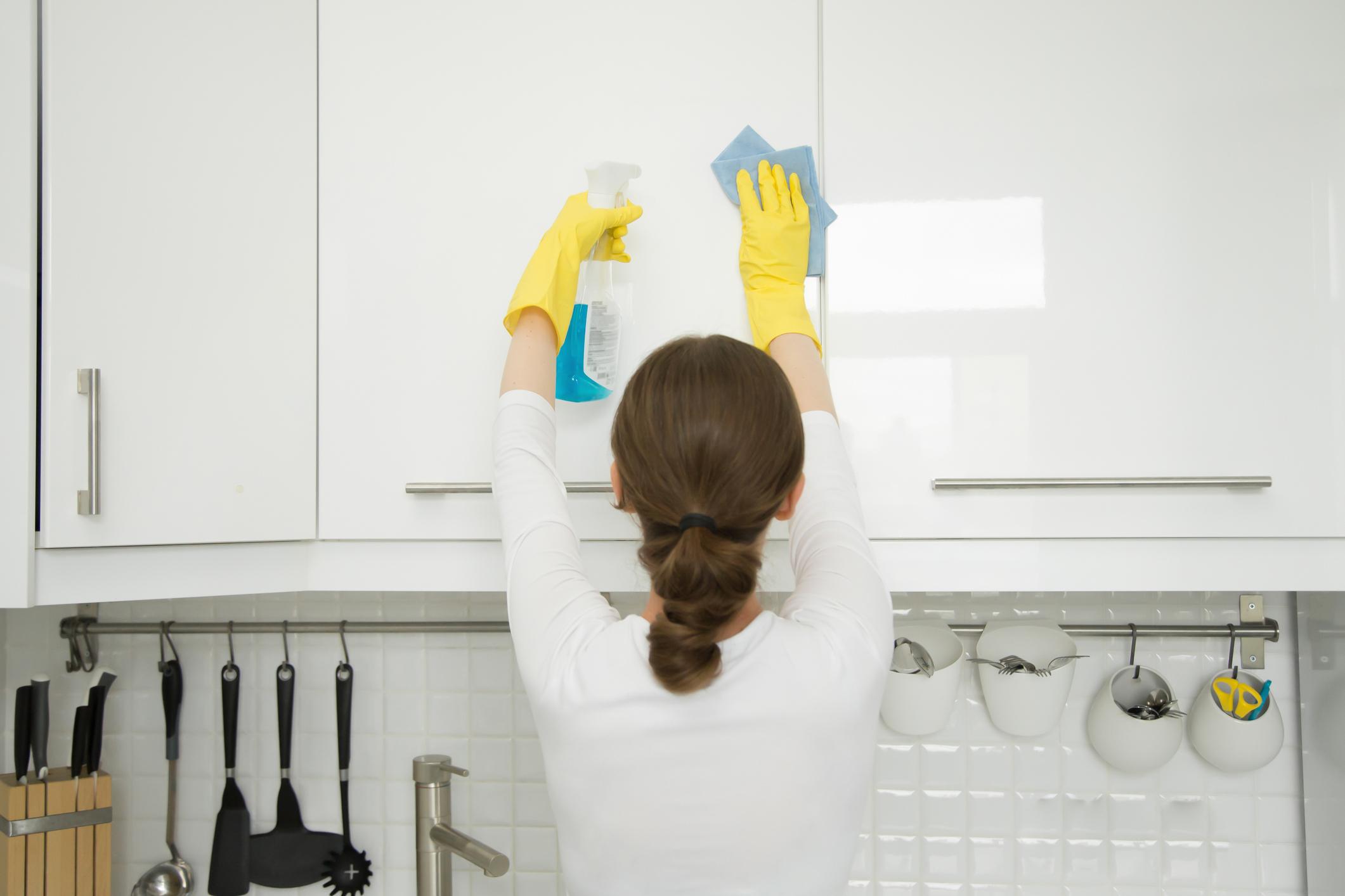 Всички кухненски шкафове. Чудесно време е и да бъдат организирани, проверете подправките си, ако са много стари ги подменете.