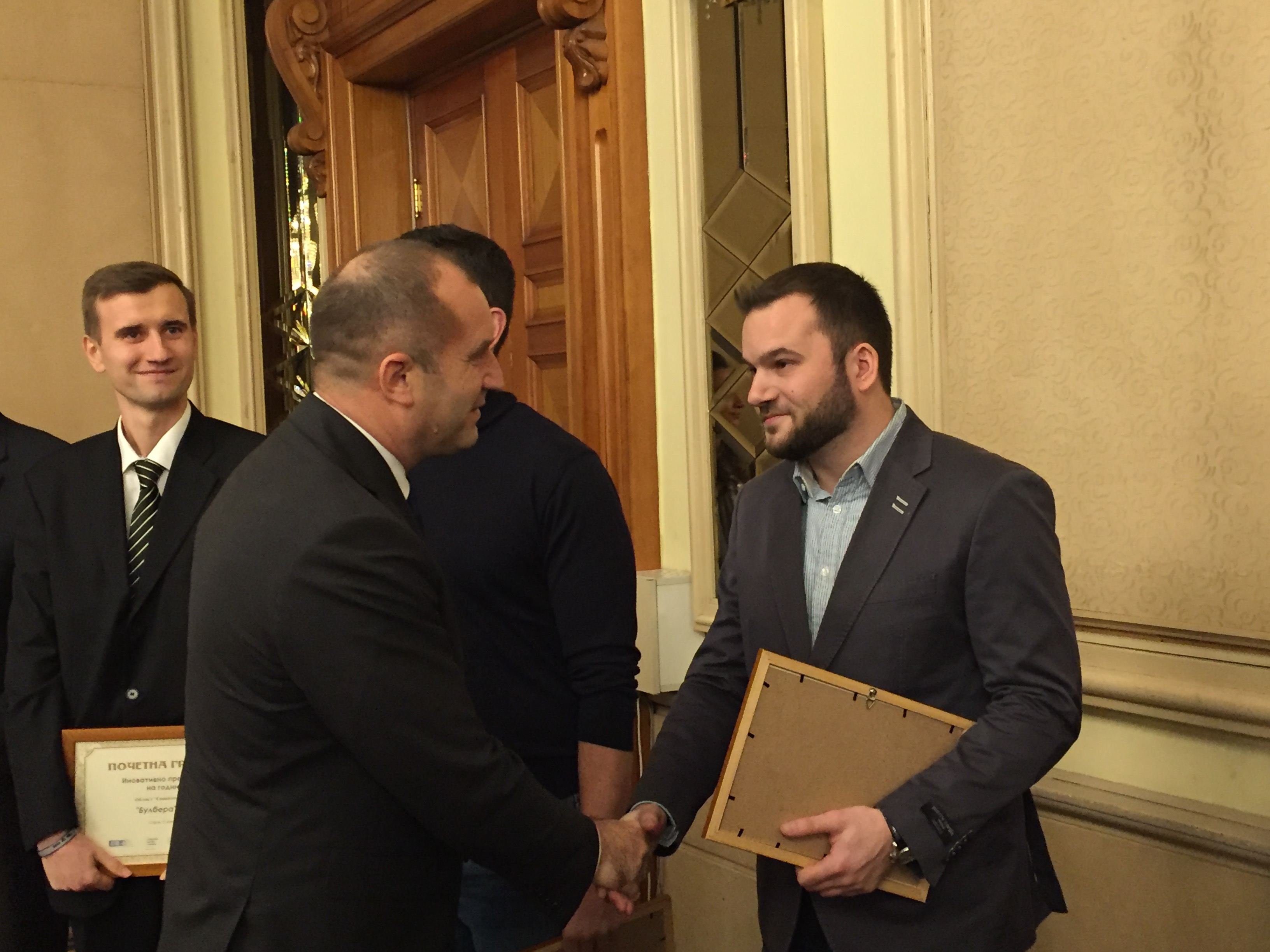 """Компанията MP Studio е наградена от президента Румен Радев за за """"Иновативна компания на годината в креативната индустрия"""" през 2017г."""