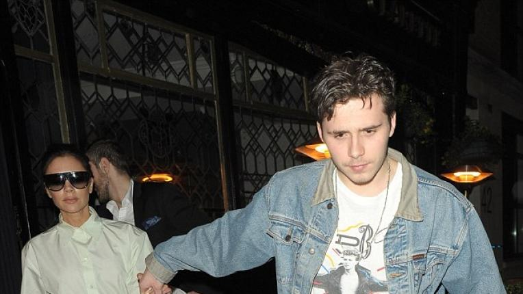 Порасналото момче на мама: Виктория Бекъм и синът ѝ Бруклин на вечеря в Лондон