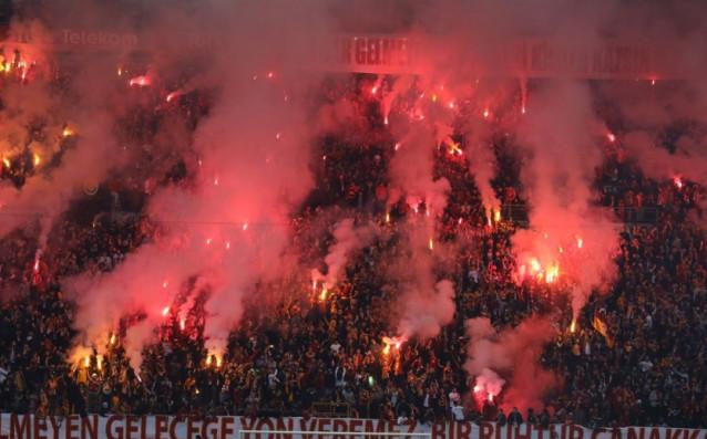 Феновете на турския Галатасарай сътвориха уникална атмосфера по време на