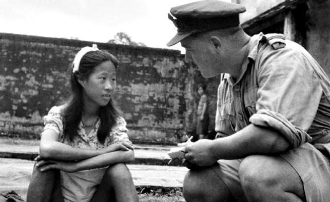 8 август 1945 г., момиче от японските военни публични домове е интервюирано от американски офицер