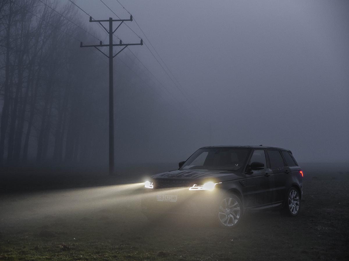 Land Rover има философия, която не изповядва нито една друга марка: еднакво добро поведение на пътя и извън него. Звучи невъзможно, но новият Range Rover Sport доказва обратното.