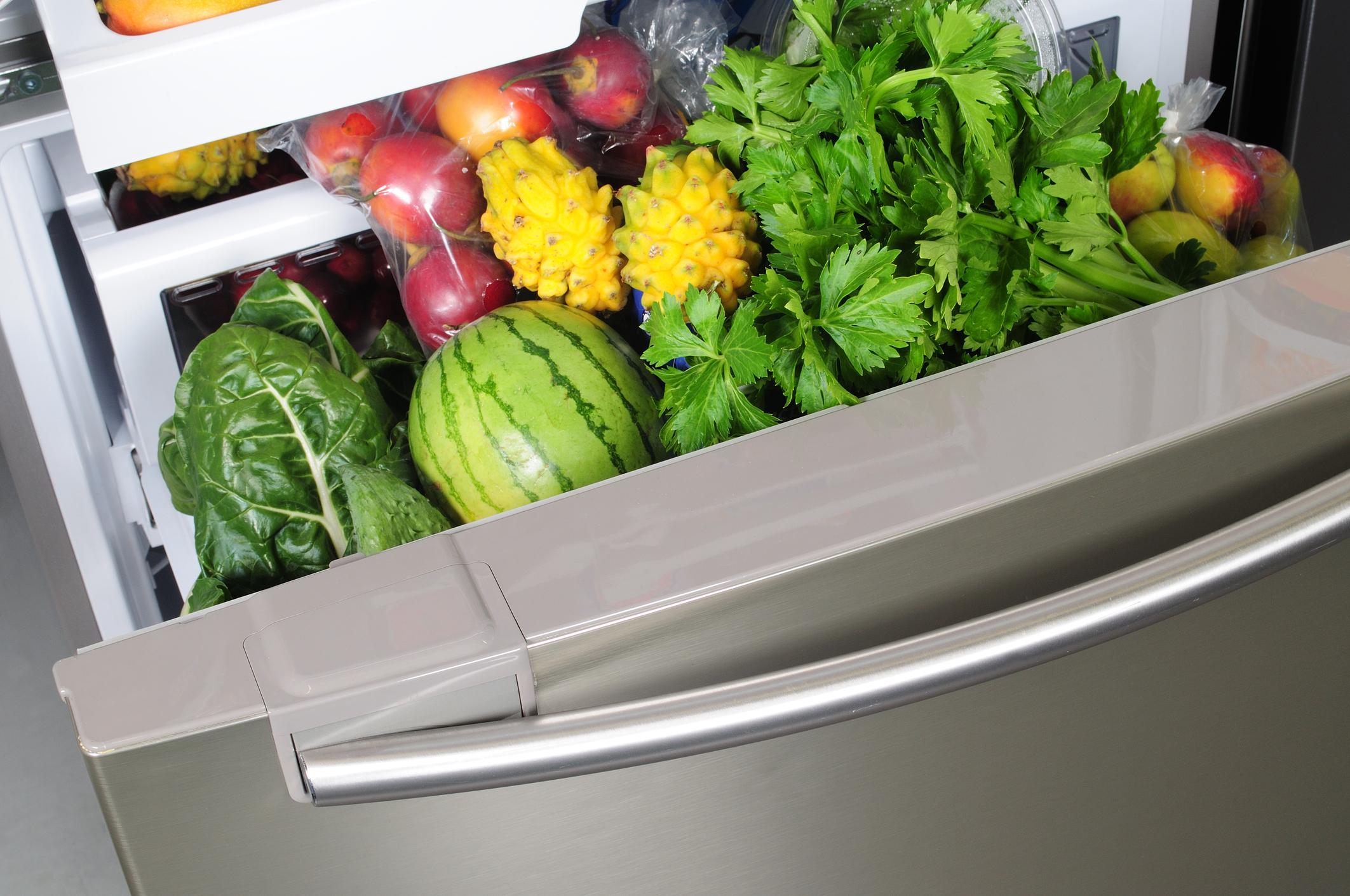 Рафтът (шкафче иби отделение) за зеленчуци в хладилника ви. Свежите зеленчуци и плодове, без да са измити също може да имат вредни бактерии, затова винаги бъдете сигурни, че първо измивате продуктите, преди да ги приберете. Това не означава, че не трябва да миете и мястото, на което слагате марулите, например. Мийте поне един до два пъти в месеца това отделение.