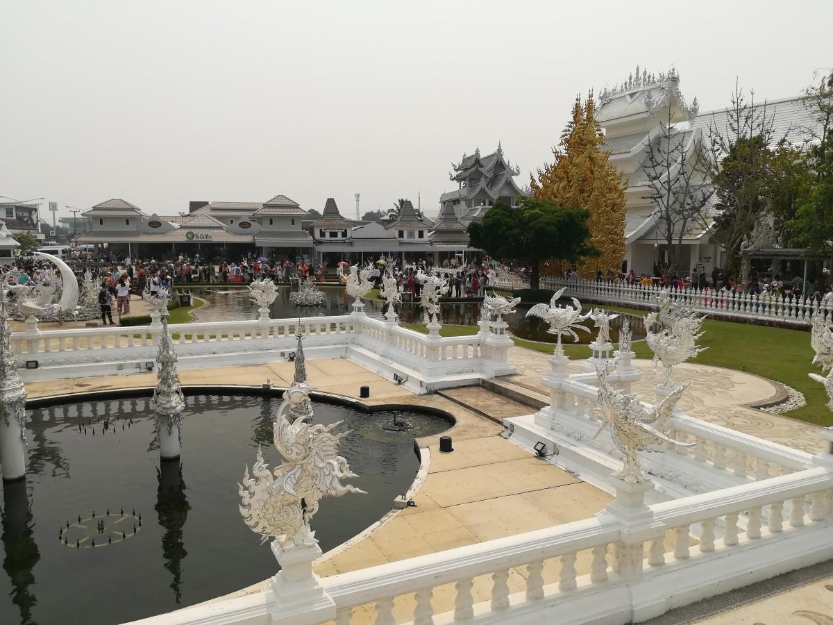 Белият храм или Wat Rong Khun е истинско бижу в провинция Чианг Рай. Храмът е едно от най-посещаваните места в Тайланд и впечатлява с архитектурата си. Сградата е построена по поръчка на известен художник, който искал да остави нещо от себе си на родното си място. Целта му била да построи най-красивия храм в света. Започнал да работи по проекта през 1997 г., заедно със съпругата си. Всяка година нещо ново се добавя по сградата и така тя постоянно се обновява и различава по нещо от предходната година. Около Белия храм могат да се видят всякакви скулптури като чудовища и дракони, а ръцете, които се протягат от двете страни на входа, символизират ада. Според легендата ако ръцете те хванат, докато минаваш по пътеката, значи си грешник. Пътуването на автора до Чианг Рай е спонсорирано от Qatar Airways.