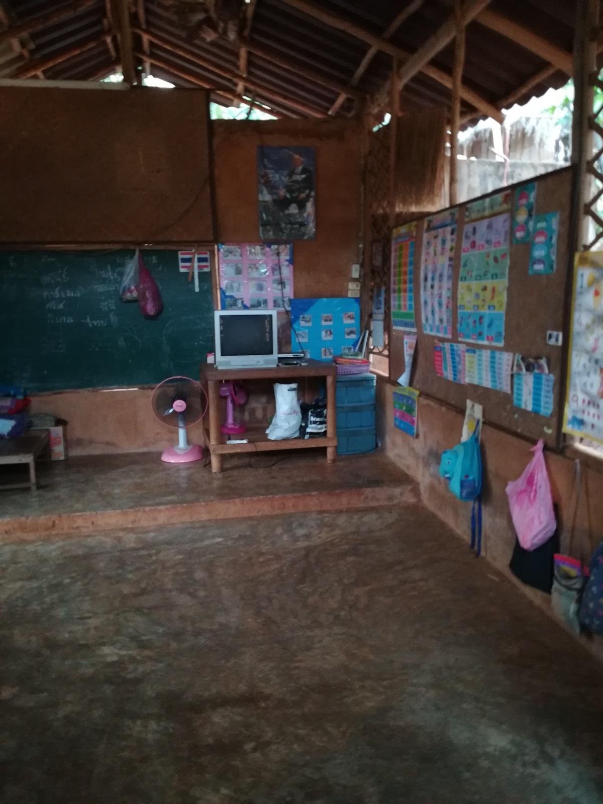 Детската градина в селището на жените жирафи, където учат деца от 3 до 5 г.
