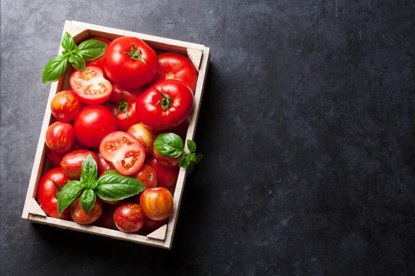 <p>Доматите имат антисептично действие. Пресният доматен сок помага срещу&nbsp;<strong>възпаления или тромби</strong>&nbsp;в кръвта. Витамин С и бета-каротинът в доматите са отлични антиоксиданти и помагат за неутрализирането на свободните радикали, които повишават риска от развитието на рак и възпаления.</p>