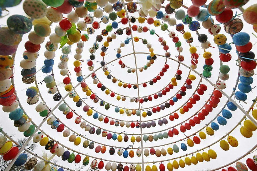 - Алеята с великденски яйца в замъка в Лудвигсбург, Германия. Над 10 000 ръчно рисувани яйца са подредени за Великден в Лудвигсбург