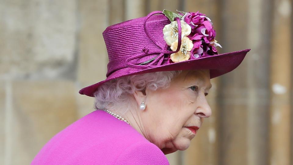 """Британскатакралица Елизабет Втора, принц Уилям, съпругата му Кейт Мидълтънидруги членове на кралското семействосе събраха навеликденска църковна службавпараклиса """"Сейнт Джордж"""" в Уиндзор.  Принц Уилям и съпругата мупристигнаха с няколко минути закъснение. Кейт е бременна с третото им дете и се очаква то да се роди през месеца.  Принц Хари и годеницата му, американската актриса Меган Маркъл,не присъстваха."""