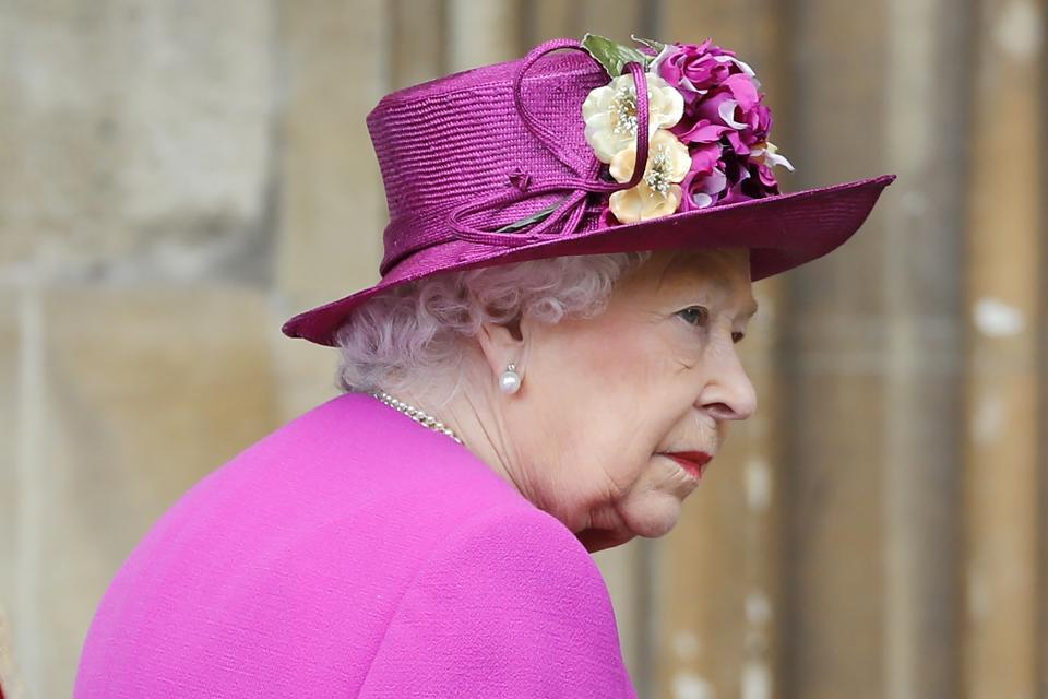 """Британскатакралица Елизабет Втора, принц Уилям, съпругата му Кейт Мидълтънидруги членове на кралското семействосе събраха навеликденска църковна службавпараклиса """"Сейнт Джордж"""" в Уиндзор., Принц Уилям и съпругата мупристигнаха с няколко минути закъснение. Кейт е бременна с третото им дете и се очаква то да се роди през месеца., Принц Хари и годеницата му, американската актриса Меган Маркъл,не присъстваха."""