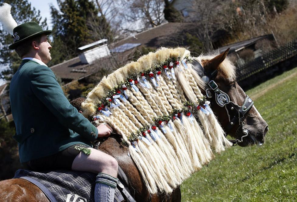 """- Конници с традиционни костюми и декорирани коне, по време на поклонението """"Georgiritt"""" на Велики понеделник в църквата """"Св. Георги"""", близо до..."""