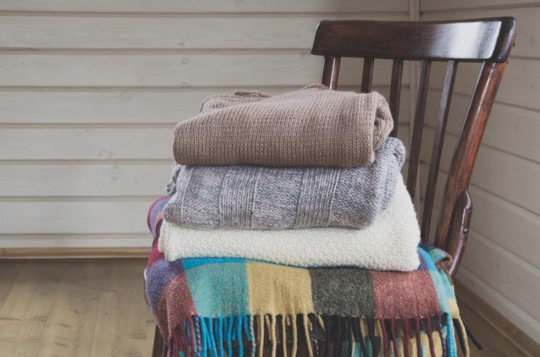 1. Освободете се от всички неща, които напомнят за зимата. Дебели одеяла, топлите чехли, големите керамични чаши за какао и не на последно място - обемните, топли пуловери.