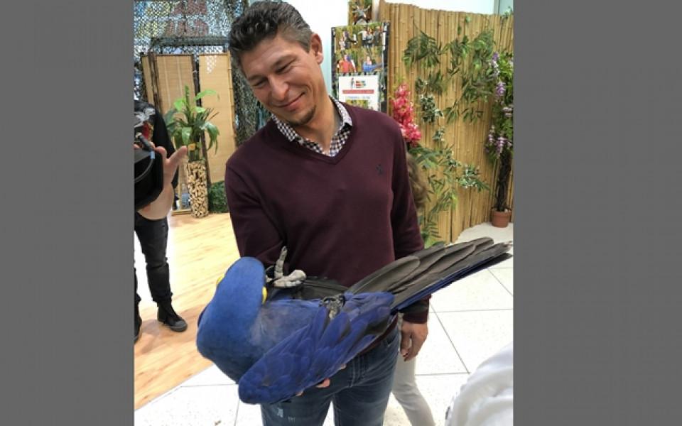 Балъков очарован от изложба на папагали