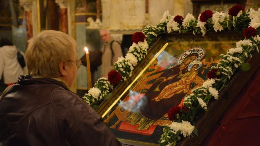 На Светли понеделник носят чудотворната икона на ръце
