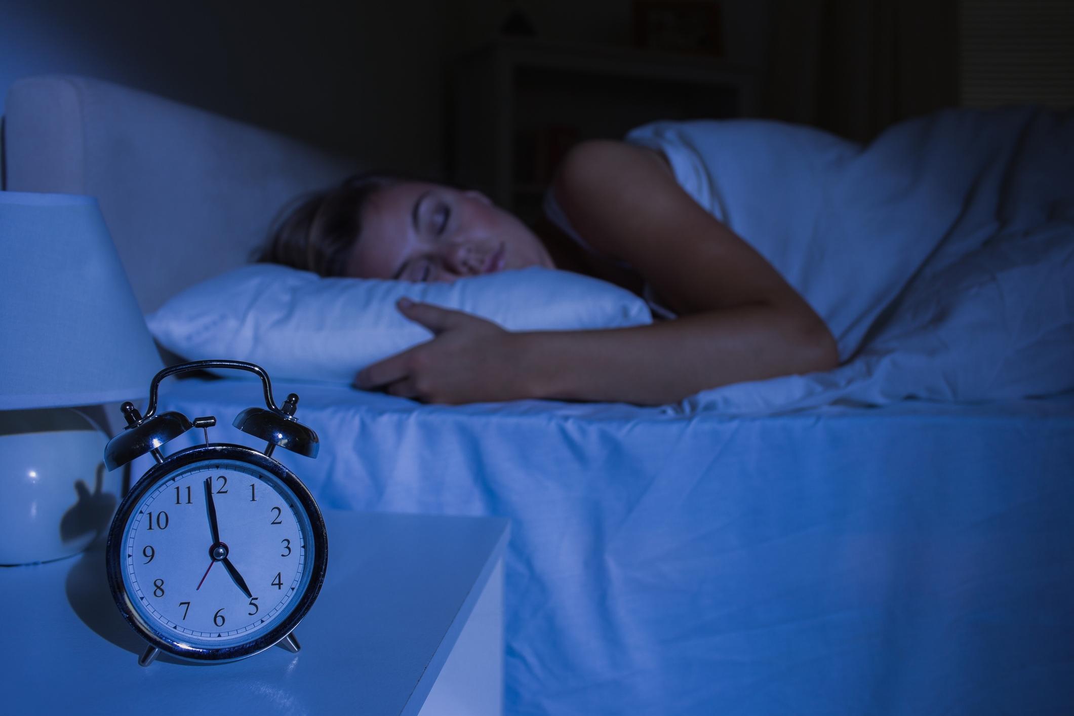 Подценяването на съня. Да, недоспиването вреди много сериозно на диетата ви, особено във връзка с малкия нощен глад.