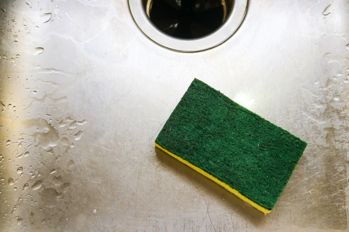Гъбата за миене на чинии са развъдник за бактерии. За да я почистите, след като измиете можете замалко да я сложете в микровълновата.