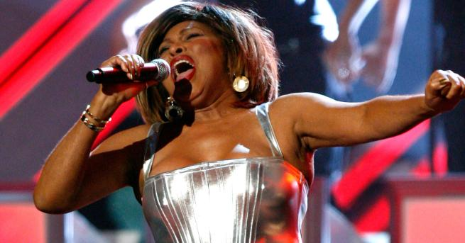 Легендарната певицаТина Търнъризлезе от уединението си, за да гледа премиерата