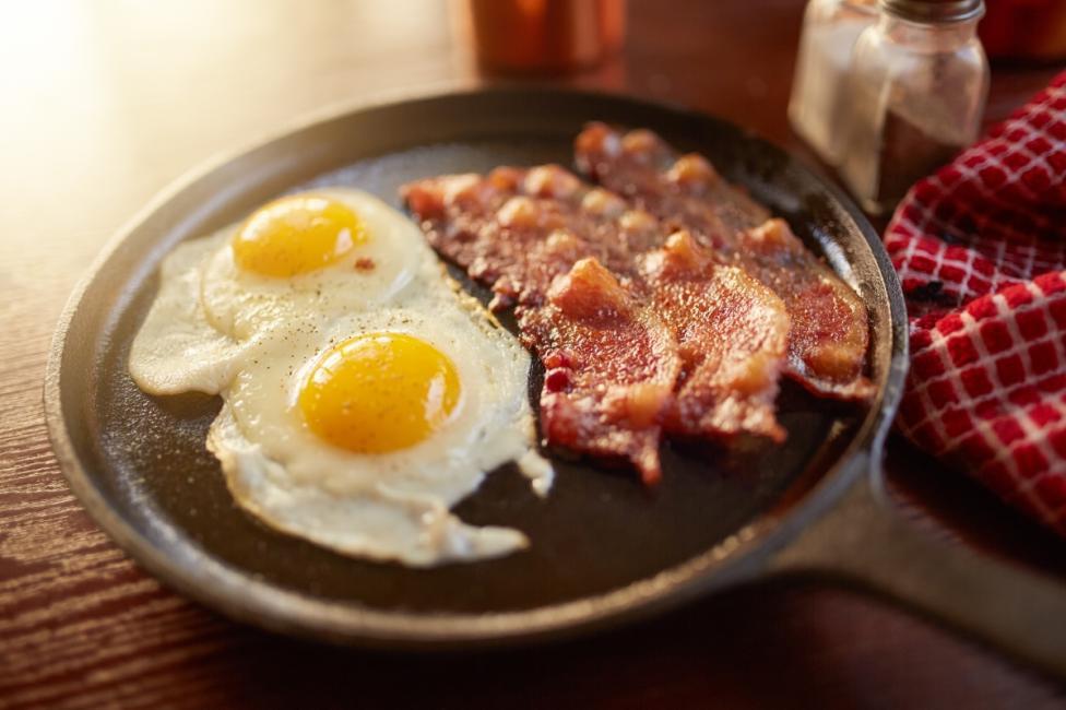 - Яйцата с бекон всъщност не са идеалмата закуска, защото беконът съдържа холестерол. Опитайте се да го замените с нещо различно, като например чушка...
