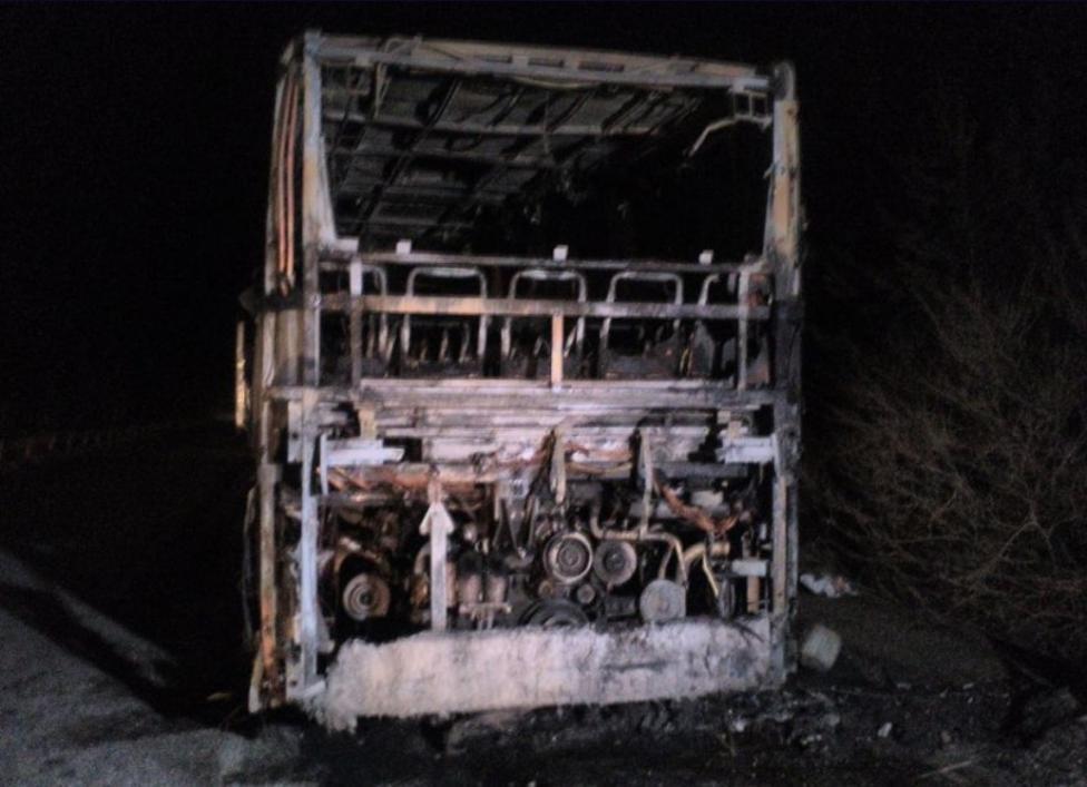 """- Автобус с 46 туристи, пътуващ от София за Македония, изгоря на пътя между Кюстендил и граничния контролно-пропускателен пункт """"Гюешево"""" в местността..."""