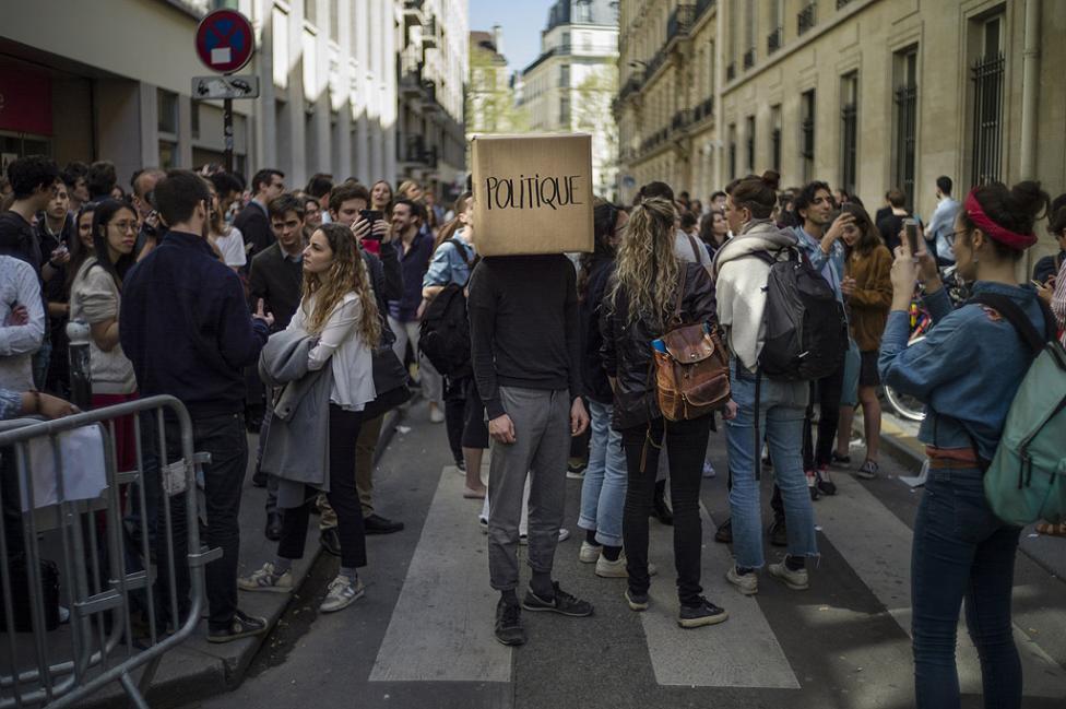 - Протестират представители на различни прослойки - от работници от енергийния сектор и здравеопазването до студенти, последните заради реформата във...