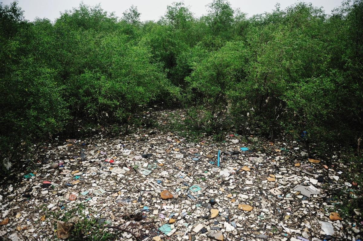 Остров от отпадъци, който плава в Перлената река в Китай.