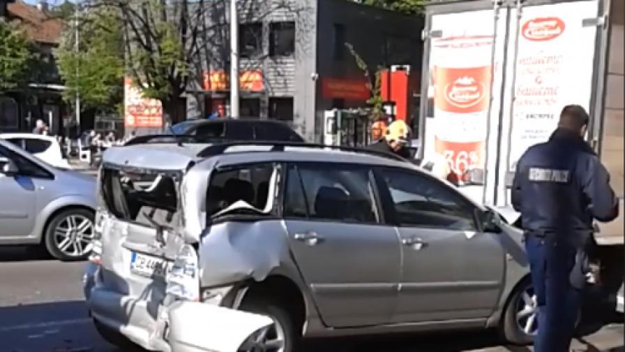 Верижна катастрофа с 2 автобуса и 5 коли в София