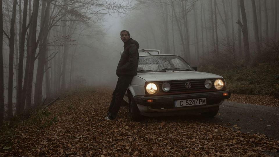 Със спестяванията си закупува една стара кола и с камера и дрон се впуска в обиколката на емблематични български местности.