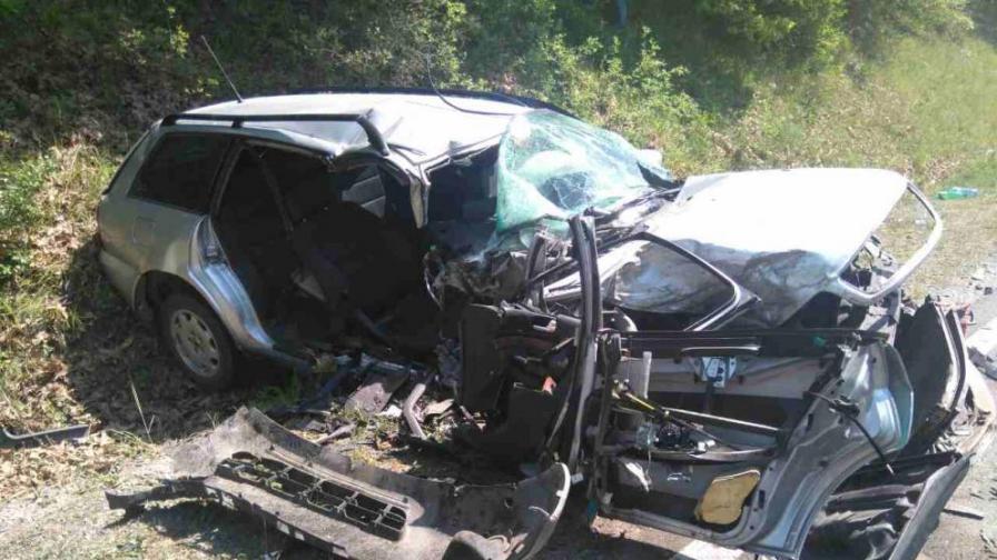 Челен сблъсък взе жертва, майка и две деца са в болница