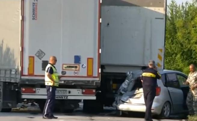 Tежка катастрофа между 3 камиона и 4 коли край Пловдив, жена и две деца са ранени